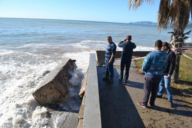 Caminin istinat duvarı şiddetli dalgalar sonucu yıkıldı