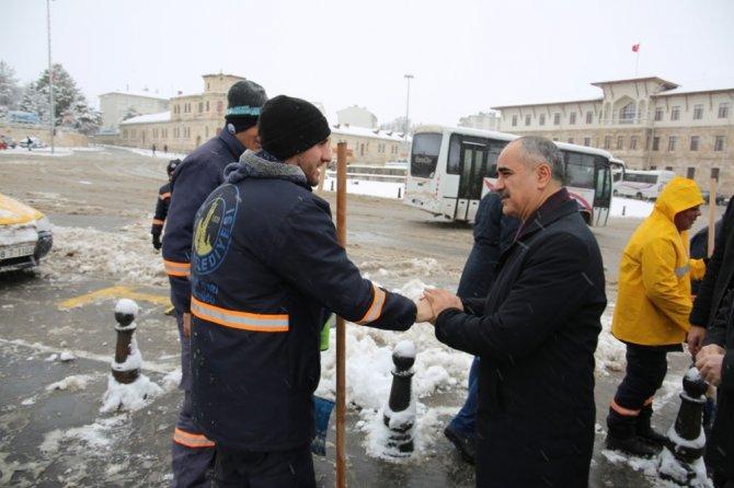 Başkan Aydın'dan soğuk havada sıcak ikram