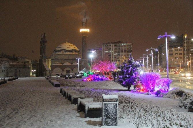 Yoğun kar yağışı kartpostallık görüntüler oluşturdu