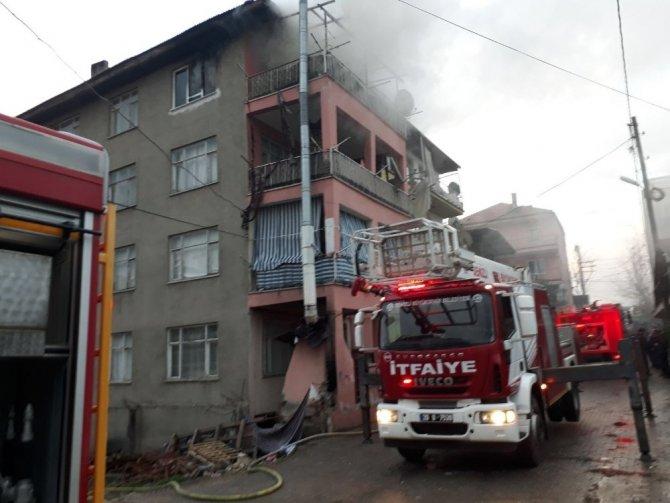 Denizli'de çıkan yangında 2 kişi dumandan etkilendi