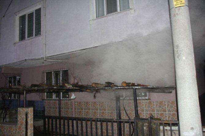 Koaceli'de yangında dumandan etkilenen 3 kişi hastaneye kaldırıldı