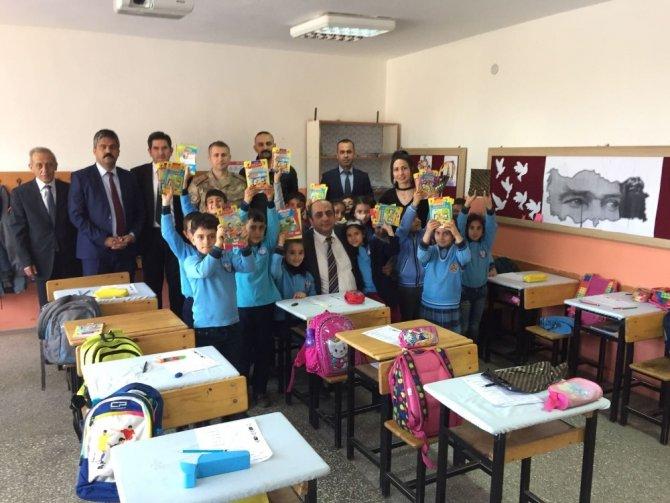 Kaymakam Akgül, öğrencilere kitap dağıttı