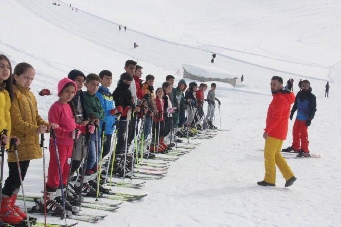 Geleceğin kayakçıları Hakkari'de yetişiyor