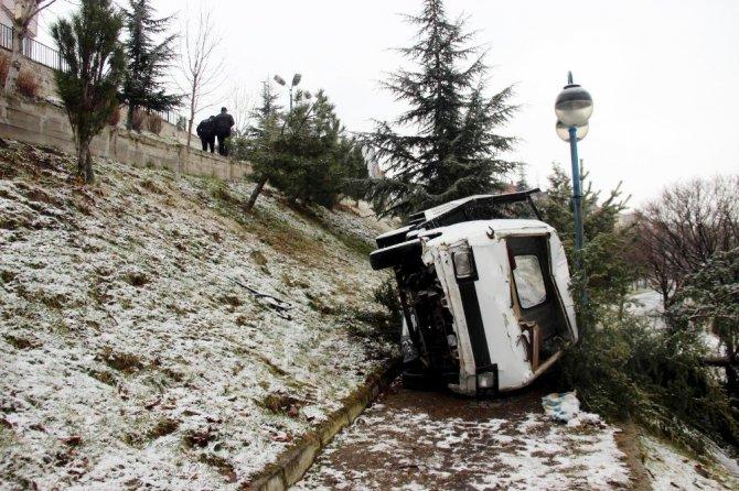 Yoldan çıkan kamyonet parka düştü, 2'si çocuk 3 kişi yaralandı