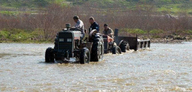 Çay ortasında traktörle mahsur kaldılar