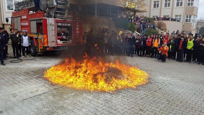 İtfaiye ekipleri tatbikat ile yangın ve deprem eğitimi verdi