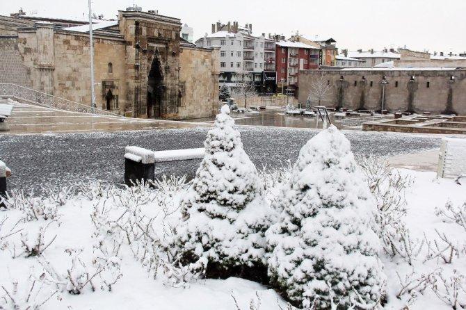 Sivaslılar Mart'a kar yağışıyla girdi
