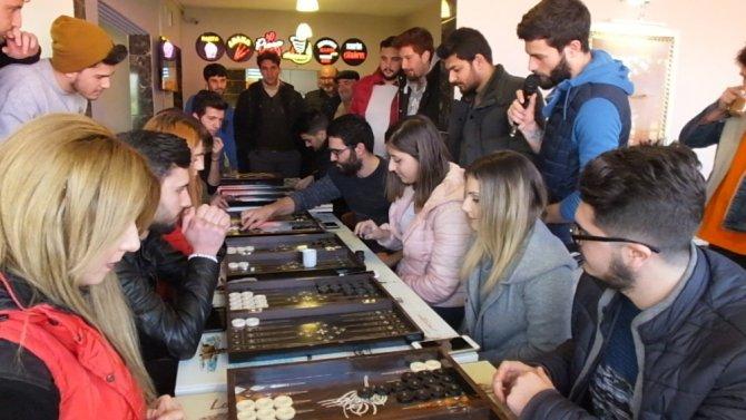 Üniversiteliler tavla turnuvasına katıldı