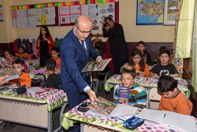 Vali Demirtaş, öğrencilere kitap hediye etti