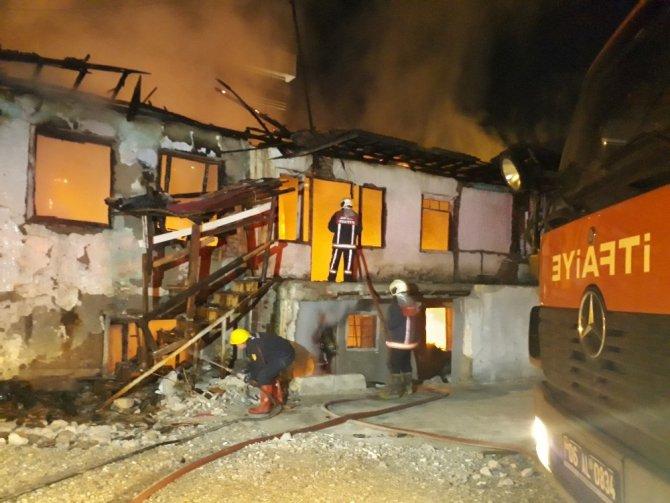 Başkent'te alevli gece... Çıkan yangınlarda 3 ev bir iş yeri kullanılmaz hale geldi