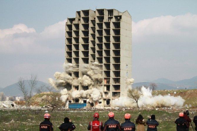 300 kilo dinamitle yıkılmayan 13 katlı bina kendiliğinden çöktü