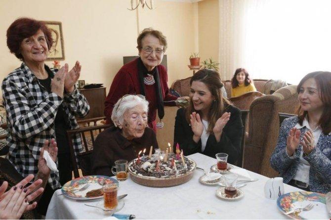 Mukime öğretmene 104. yaşgünü sürprizi