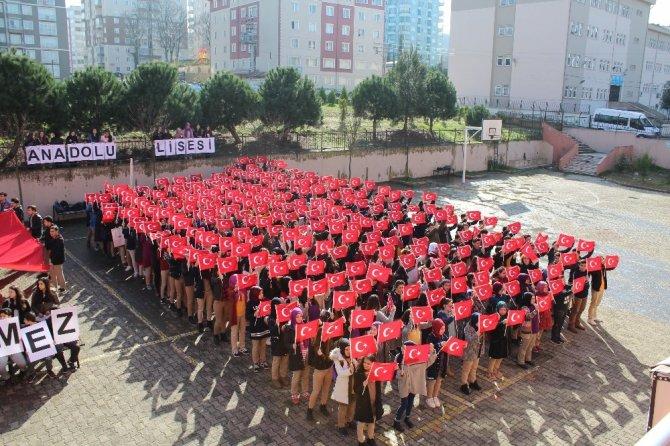 """Öğrencilerden """"Bayrağımız Başımızın Üstünde"""" gösterisi"""