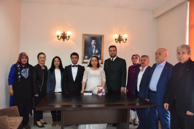 AK Parti Tepebaşı yeni çifte ev kurdu