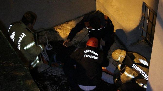 Beyoğlu'nda köpeğin kovaladığı vatandaş 3 metreden düştü