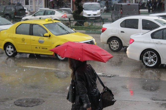 Bursa'da sabah şiddetli lodos, akşam yağmur