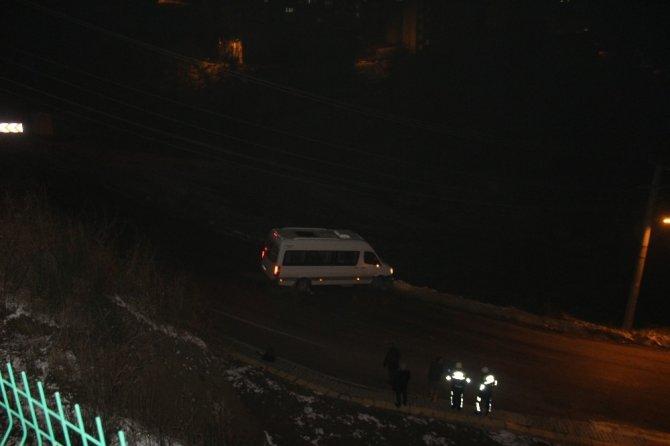 Amasra'da buz tutan yolları itfaiye tuzladı
