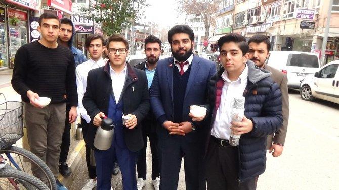 Gençler esnafa 'kardeşlik' çayı ikram etti