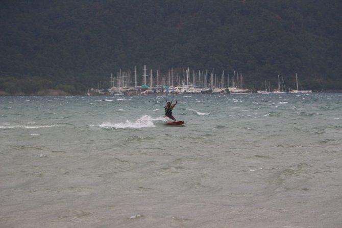 Şiddetli Lodos Sörfçülerin İşine Yaradı