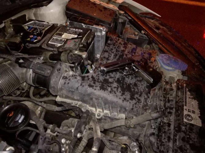 Otomobilin motorunda tabanca, yakıt kapağında esrar çıktı