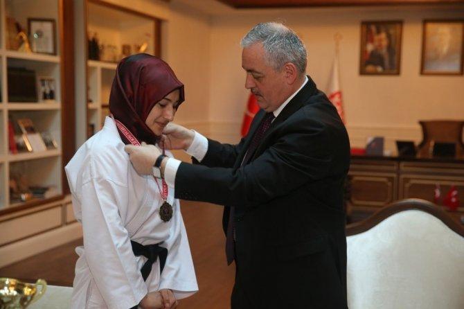 Şampiyon sporcudan Başkan Remzi Aydın'a ziyaret