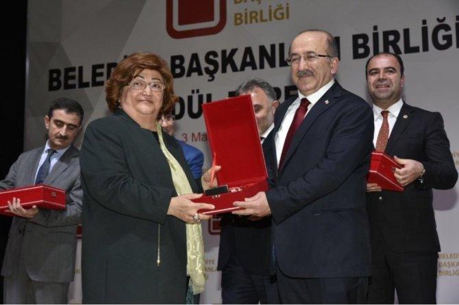 Başkan Gümrükçüoğlu en sevilen belediye başkanı ödülünü aldı