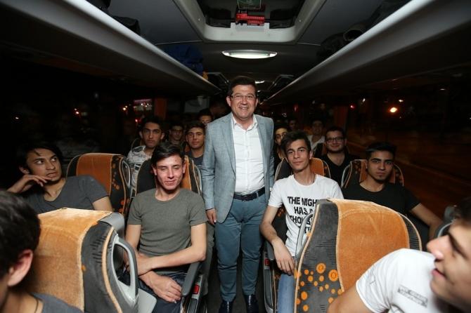 Gençler İstanbul'a, 45 yaş üstü vatandaşlar Çanakkale'ye gitti