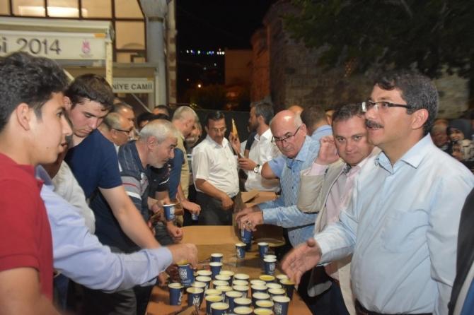 Şehzadeler Belediyesinden teravih sonrası limonata ikramı