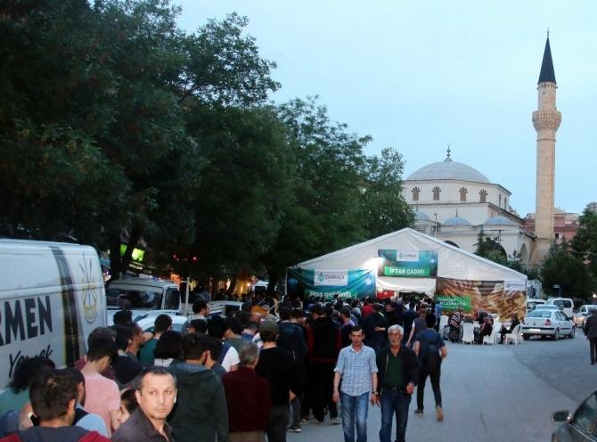Çankaya Belediyesi Ramazan ayı dolayısıyla iftar yemekleri vermeye devam ediyor