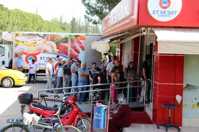 Ucuz et için ortalama yarım saat sıra bekliyorlar