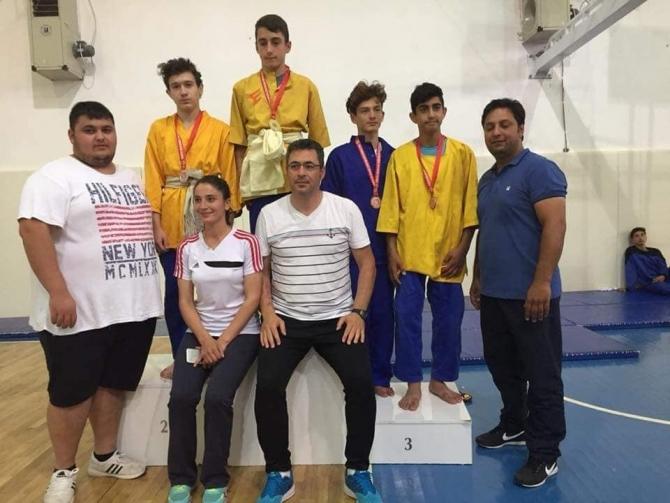 Yunusemreli kuşak güreşçileri Çanakkale'de madalyaları topladı