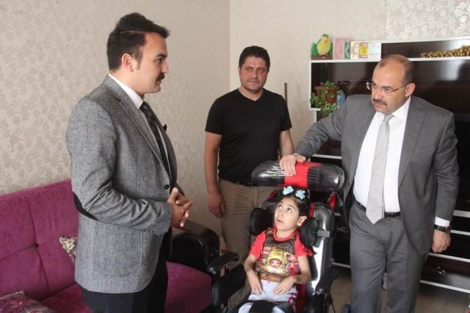 Vali Ustaoğlu, engelli Narin'i evinde ziyaret etti