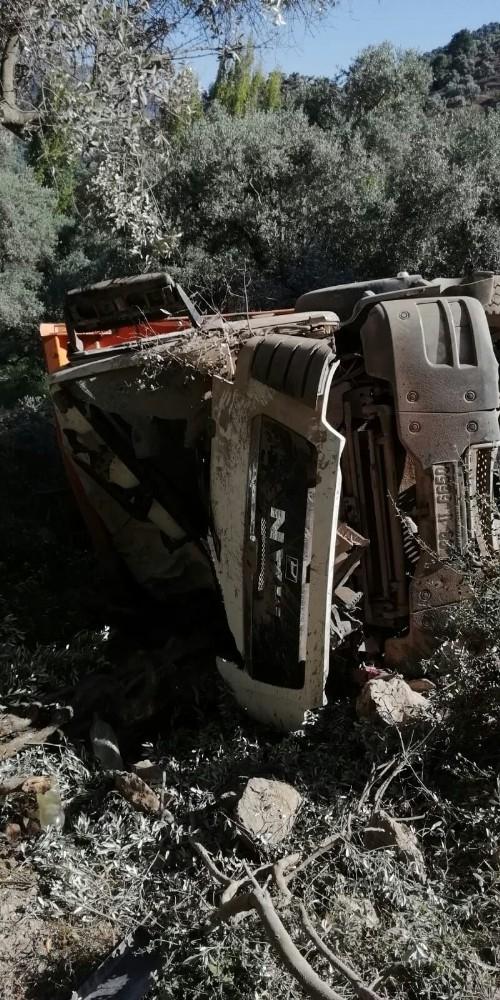 Zeytin bahçesine yuvarlanan kamyonun sürücüsü hayatını kaybetti