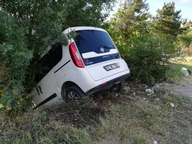 Kontrolünü kaybeden sürücü ağaca çarptı