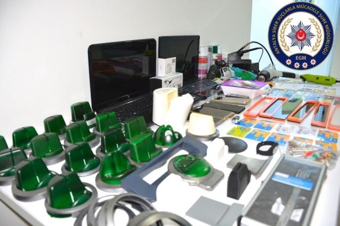 Antalya'da özel düzenekle kredi kartı kopyalayan 4 kişi yakalandı