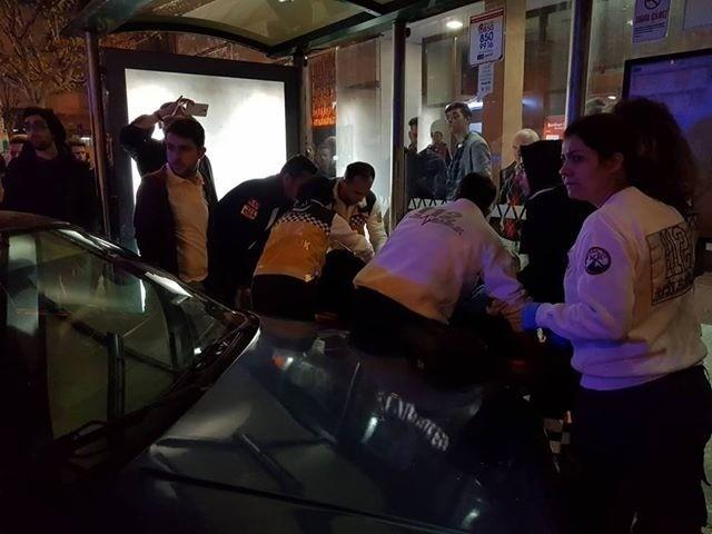 Kontrolden çıkan otomobil otobüs durağına daldı: 3 yaralı