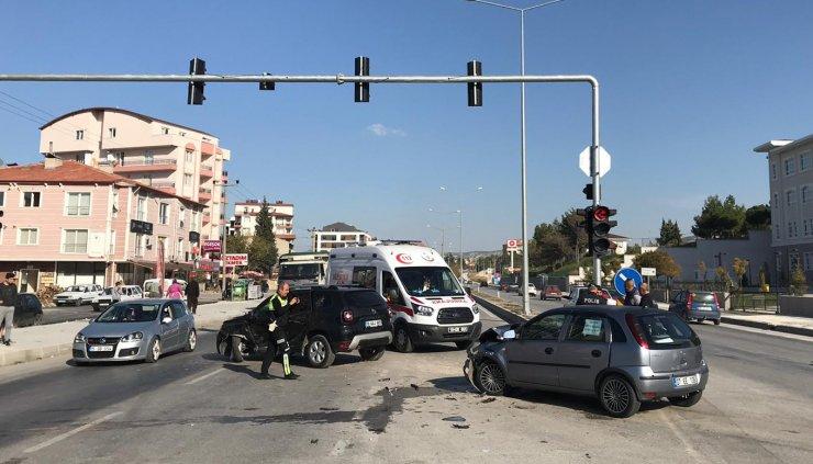 Burdur'da iki otomobilin çarpıştığı kazada 1'i çocuk 5 kişi yaralandı.