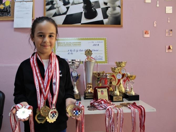 10 yaşında 10 kupası, 23 madalyası var
