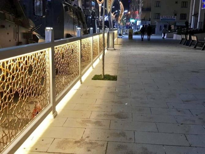 Hakkari Belediyesinden dekoratif ve aydınlatmalı korkuluklar