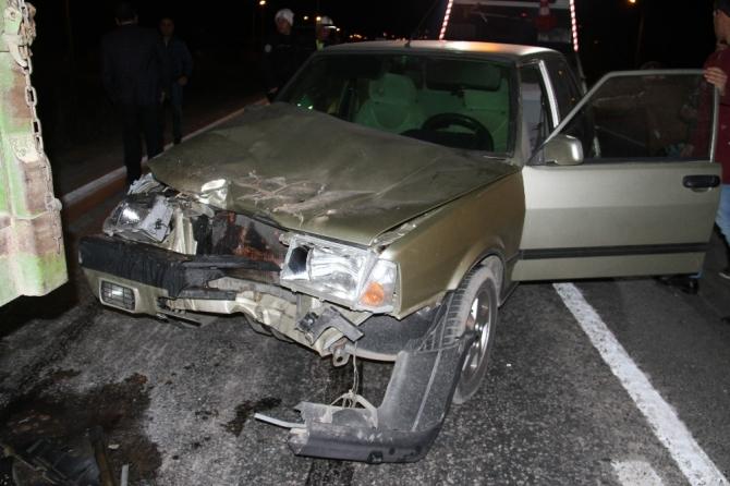 Otomobil pancar yüklü traktöre arkadan çarptı: 3 yaralı