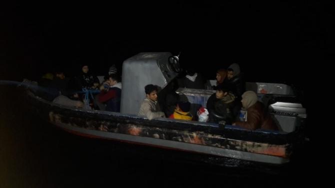 Hurda tekneden 21 kaçak göçmen yakalandı