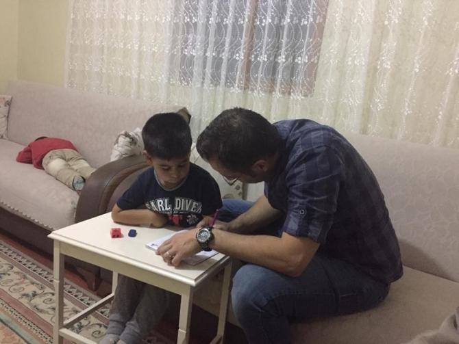 Öğretmenler öğrencilerin evlerine konuk oluyor