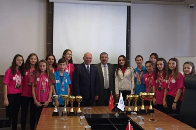 Başkan Eşkinat atletizmin genç yıldızlarını ağırladı