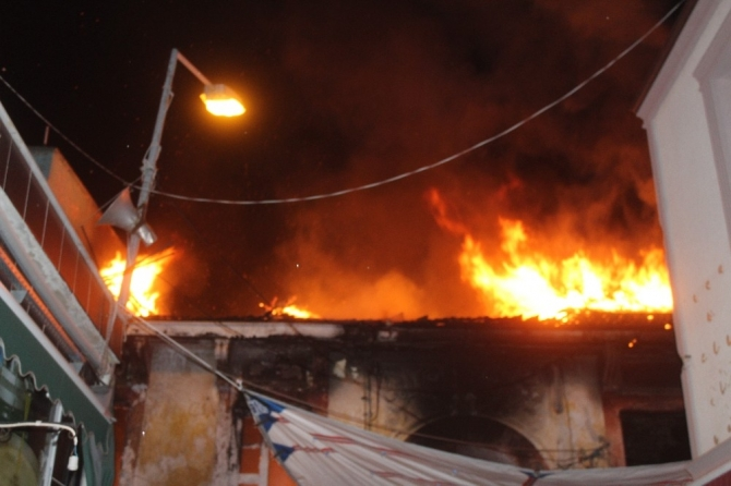 Ayvalık'ta ahşap evde çıkan yangın paniğe neden oldu