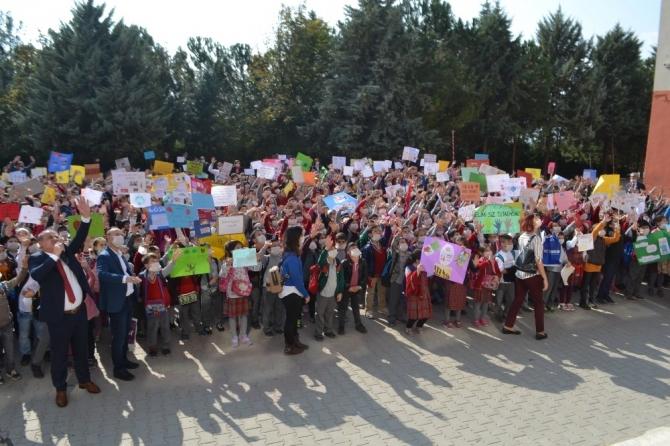 İnegöl'de binlerce öğrenci maskeyle ders yaptı
