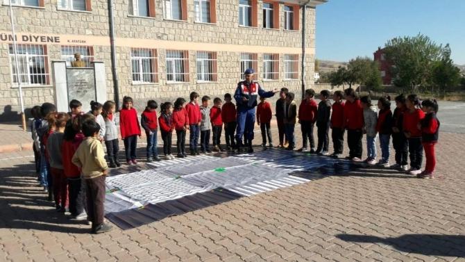 Jandarma ekiplerinden öğrencilere uygulamalı trafik eğitimi