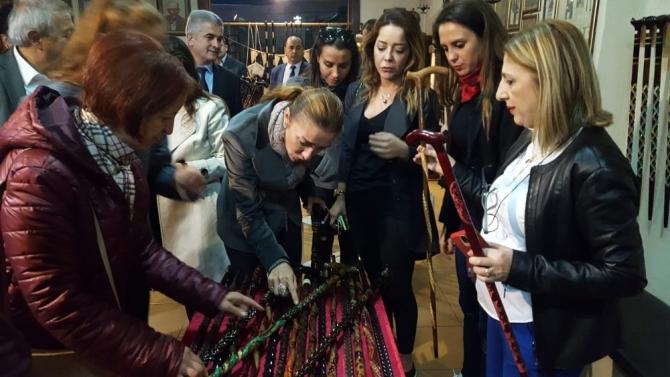 Kültür Bakanı Ersoy'un eşi Pervin Ersoy, Devrek bastonuna hayran kaldı