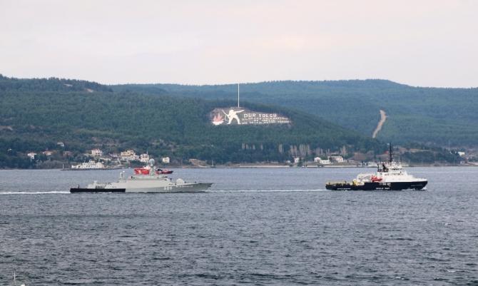 Römorkörle çekilen Rus savaş gemisi Çanakkale Boğazı'ndan geçti