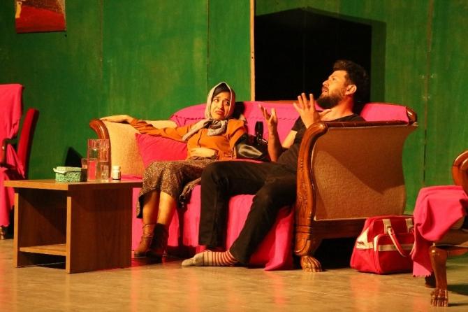 """Erdemli Şehir Tiyatrosu """"Elimde Valizim"""" ile seyirci karşısında"""