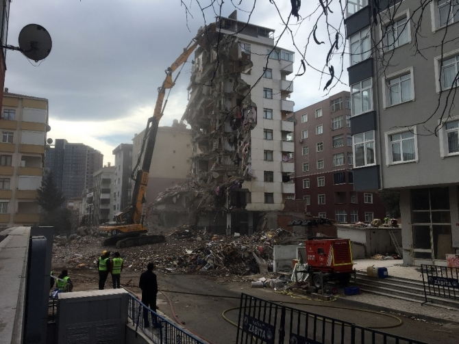 Kartal'daki Yunus apartmanında yıkım devam ediyor